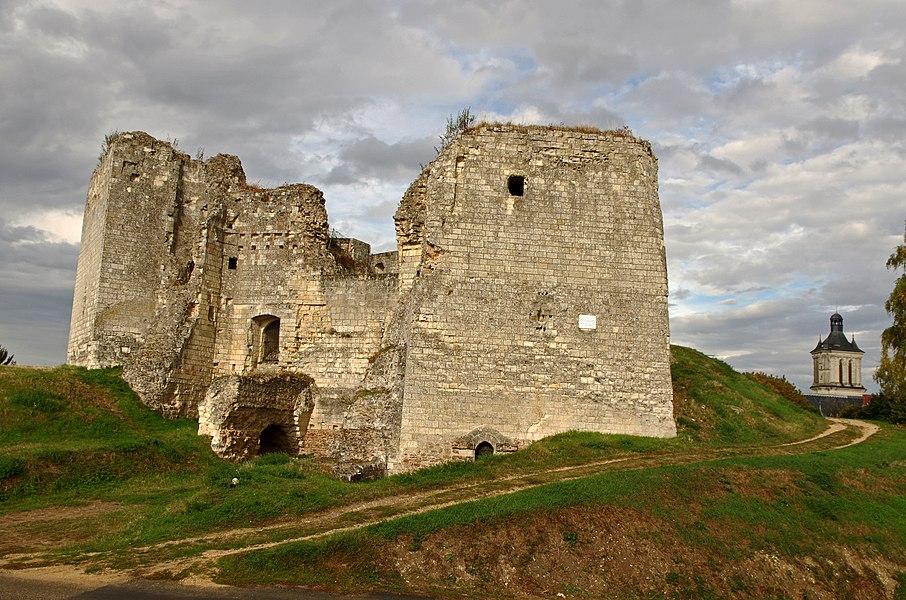 """Beaufort-en-Vallée (Maine-et-Loire).   Château de Beaufort en Vallée (à partir du XIe siècle).  Le logis principal (ancien logis).  La résidence principale du château, au sud de la motte, est constituée par """"une grande salle flanquée de deux tours carrées où sont regroupés les services"""". (jmschio.pagesperso-orange.fr/chateau/html/chateau.html)  Les archéologues considèrent que la porte d'entrée principale serait au nord de l'enceinte, vers la ville. L'entrée que l'on voit ici, débouchant sur un escalier, serait donc une porte secondaire. Une poterne est visible au pied de la tour carrée de droite.    Le Château de Beaufort en Vallée.  L'origine de Beaufort-en-Vallée se situe au lieu-dit St Pierre du Lac, ancienne cité lacustre.  Vers 1230, les auteurs du Lancelot en prose (XIIIe siècle), situent à Beaufort-en-Vallée la colline où meurt Ban de Benoïc, le père de Lancelot, ainsi que le Lac de la fée Viviane.  Saint-Pierre-du-Lac, à Beaufort-en-Vallée, est désigné comme le lieu où Viviane a élevé Lancelot.  Le village s'est ensuite déplacé vers la butte, ancien oppidum gallo-romain. Cette situation stratégique permit la construction, à partir du XIème siècle, de ce château fort.  En 1347, Guillaume Roger, seigneur limousin, frère du pape Clément VI, devient le premier comte de Beaufort. Il mettra dix ans pour reconstruire le château ruiné (1356).   Pendant la guerre de cent ans, le château est investi par les Anglais puis repris par Duguesclin et le seigneur de Maillé.  Au milieu du XVème siècle, Jeanne de Laval épouse du Bon Roi René (René Ier d'Anjou), complète le château d'une nouvelle tour octogonale (1459).  Après la mort du roi René le 10 juillet 1480, Jeanne se retira dans le château de Beaufort où elle passa les 18 dernières années de sa vie. Elle y mourut le 2 janvier 1498.  Son corps fut déposé dans l'église Saint-Maurice d'Angers.   Castle Beaufort en Vallée.  The origin of Beaufort-en-Vallée is located at a place called St Pierre du Lac, ancient lakeside ci"""
