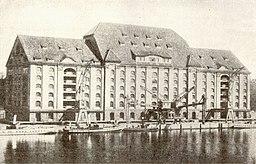 Osthafen Speicher Friedrich Krause (*1.3.1856, † 11.8.1925) [Public domain], via Wikimedia Commons