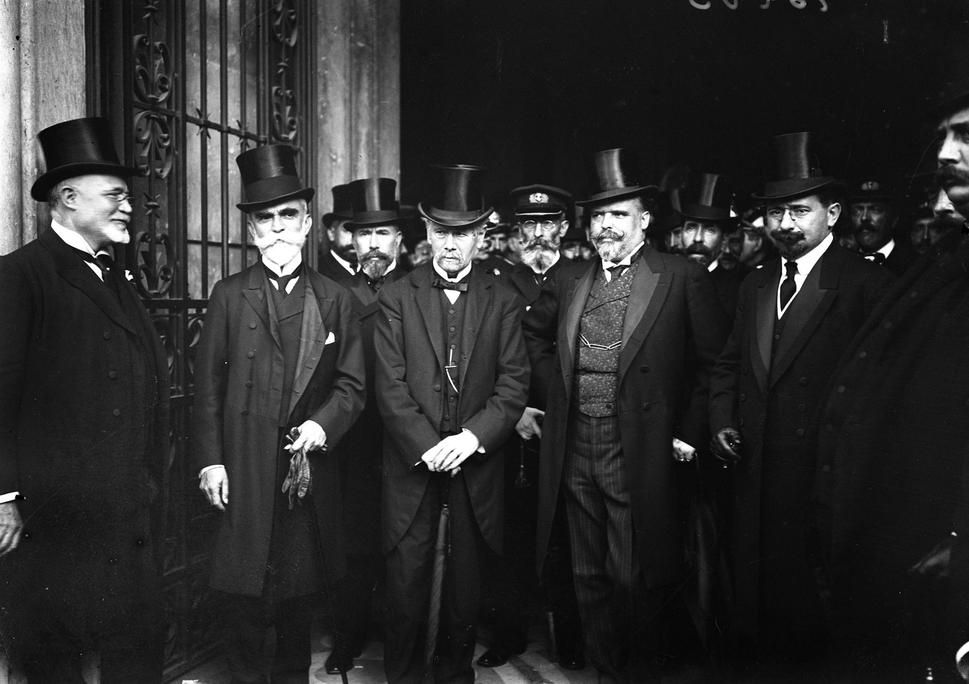Bernardino Machado, Teófilo Braga, António José de Almeida e Afonso Costa, após uma sessão solene do Parlamento em homenagem aos mortos da revolução republicana, 1911