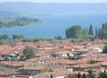 Bolsena lac et maisons.png