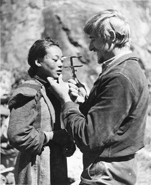 1930年代にチベット人女性の頭蓋骨を測定したドイツの人種人類学者ブルーノ・ベーガー