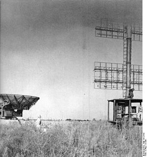 Freya radar - Freya (right) and ''Würzburg-Riese'', date and place unknown