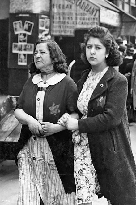 Jewish women wearing yellow badges in occupied Paris, June 1942 Bundesarchiv Bild 183-N0619-506, Paris, Judische Frauen mit Stern.jpg