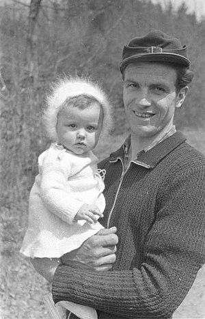 Ski cap - Image: Bundesarchiv Bild 194 1359 07, Bergmann mit kleinem Kind auf dem Arm
