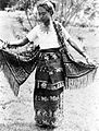 COLLECTIE TROPENMUSEUM Een vrouw uit Timor toont haar kledingstukken TMnr 10005983.jpg