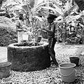 COLLECTIE TROPENMUSEUM Kinderen putten water uit de gemeenschappelijke waterput te Ullath TMnr 20000286.jpg