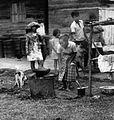 COLLECTIE TROPENMUSEUM Mensen koken in de open lucht op het erf TMnr 20000261.jpg