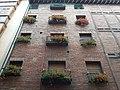 Calle Santo Domingo, fachada con flores.jpg