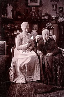 """Königin Marie und Prinzessin Mary (im Todesjahr), Postkarte von Carl Jagerspacher, Gmunden 1904, signiert """"Marie R. (Regina)"""" (Quelle: Wikimedia)"""