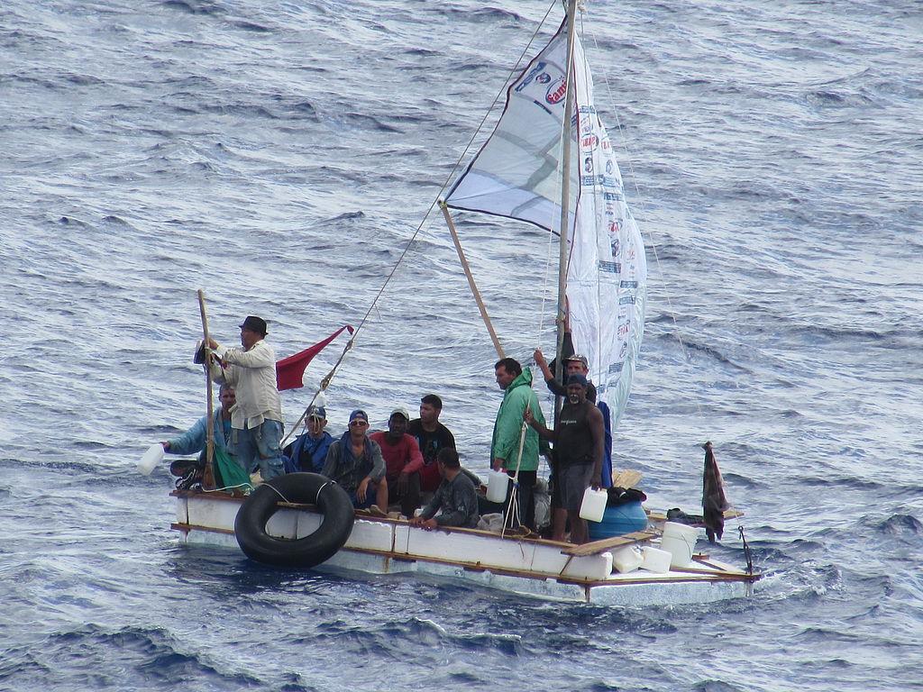 Auf der Carnival Liberty im August 2014 aufgenommene kubanische Flüchtlinge, die ein Floß bauten und von dem Schiff gerettet wurde | Bildquelle: https://commons.wikimedia.org/ © Andrew Smith [CC BY-SA (https://creativecommons.org/licenses/by-sa/4.0)] | Bilder sind in der Regel urheberrechtlich geschützt