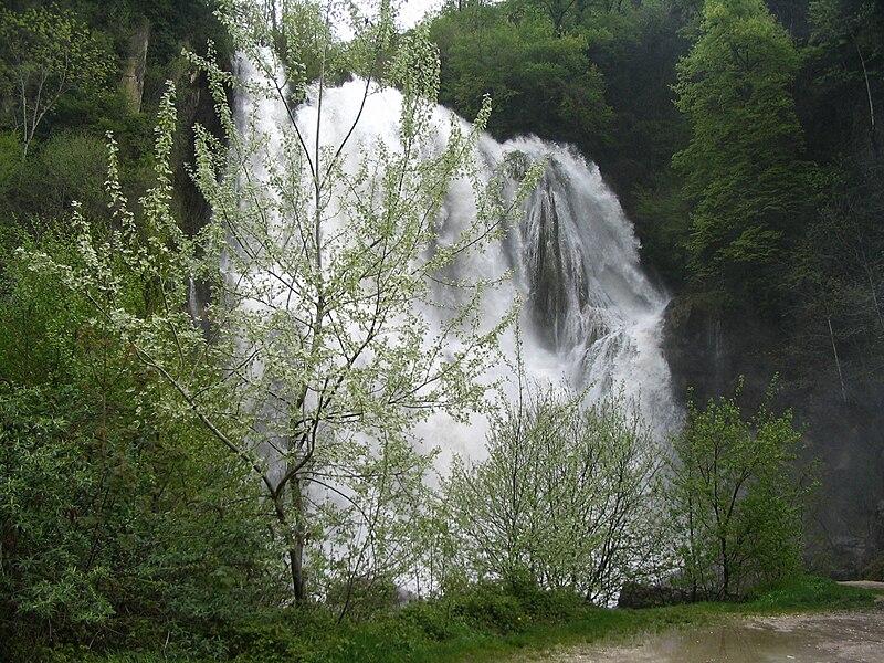 Cascade de Glandieu à plein débit de fonte des neiges (mai). Cette cascade haute de 60 mètres est située à la frontière des communes de Brégnier-Cordon et de Saint-Benoît dans l'Ain.