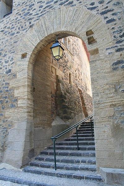 Caux (Hérault) - Porte du village (muraille intérieure).