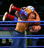 John Cena portant un FU sur Kurt Angle.