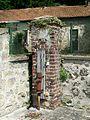 Champagne-sur-Oise (95), fontaine en haut du lavoir, rue de Welwyn.jpg
