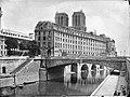 Charles Marville, L'Hôtel-Dieu, du quai Saint Michel. Vers 1867 - Vergue.jpg