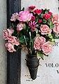 Cimitero monumentale di verona, tomba di umberto boccioni, 1916, 03 pennelli tra i fiori.jpg