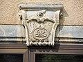 Clé de linteau, dat, à Cour-Saint-Maurice.jpg