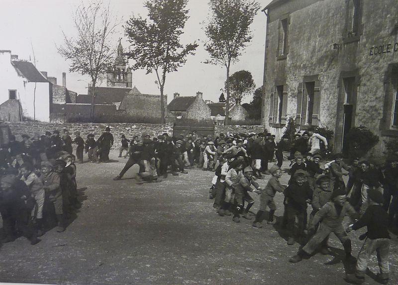 Combrit Chahut d'écoliers dans la cour de l'école privée de garçons du bourg de Combrit
