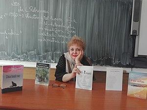 Cristiana Carmen Petrescu alături de cele 5 romane tipărite până în 2017, în cadrul unei prezentări de carte