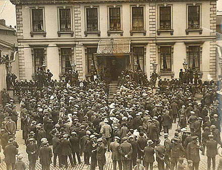 A crowd gathers at the Mansion House in Dublin in the days before the truce Crowd at Mansion House Dublin ahead of War of Independence truce July 8 1921.jpg
