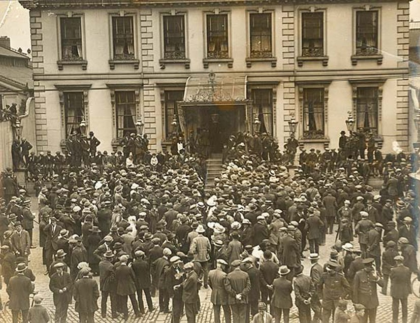 Crowd at Mansion House Dublin ahead of War of Independence truce July 8 1921