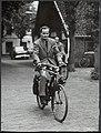 De dichter Adriaan Roland Holst (1888-1976) rijdend op zijn fiets., Bestanddeelnr 119-0370.jpg