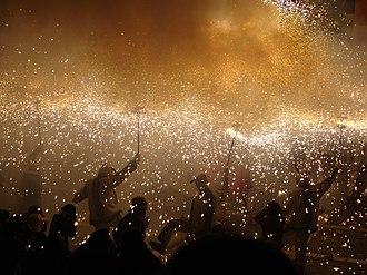 Correfoc - Image: Diables a la plaça de les Cols panoramio