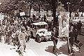 Dijaki srednje tehniške šole v Mariboru so tradicionalno pred maturo obsodili figuro pikolovskega, naftalinskega prfoksa na smrt z obešenjem 1961 (4).jpg