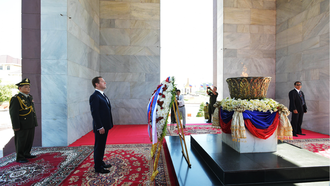 Independence Monument (Cambodia) - Russian Prime Minister Dmitry Medvedev lays wreaths at the  Independence Monument