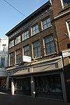 foto van Hoekpand Nieuwstraat. Vijf vensterassen brede lijstgevel met in de kroonlijst triglyphen en metopen. Schuiframen