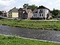 Doudleby nad Orlicí - řeka Divoká Orlice jihovýchodně od mostu, v pozadí domy čp. 50, 51, 299 a 300.jpg