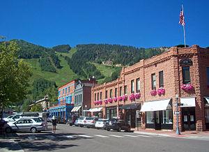 Downtown Aspen, CO, kun vido por skii slopes.jpg