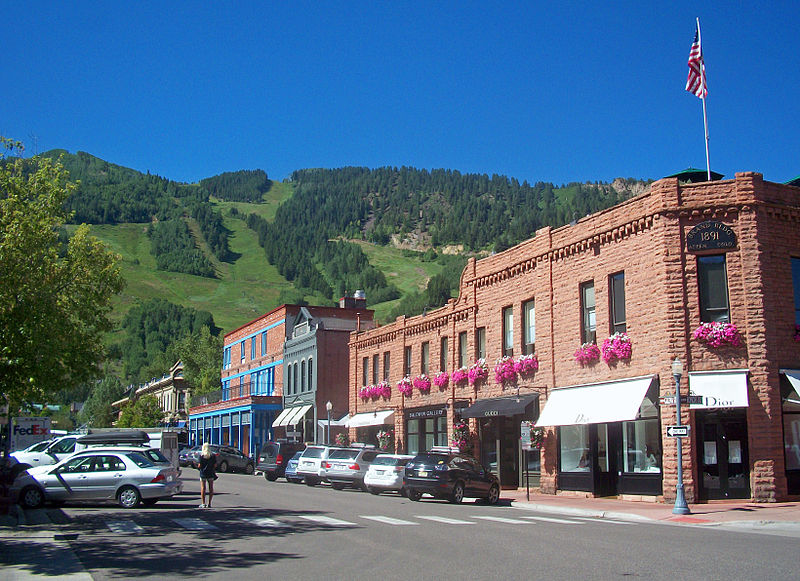 File:Downtown Aspen, CO, with view to ski slopes.jpg