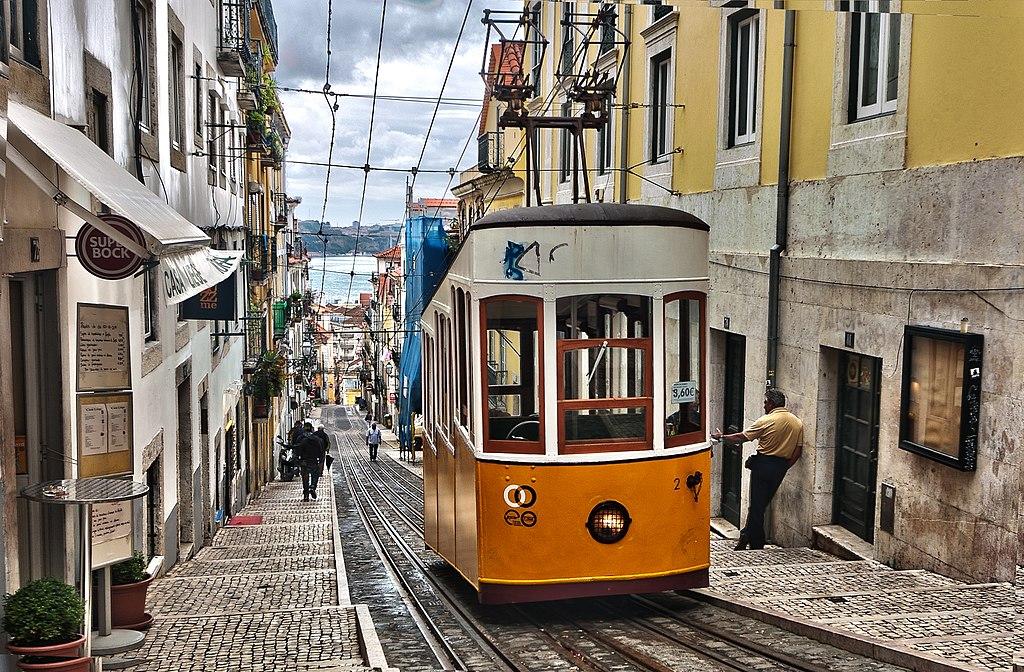 Escalier et funiculaire à Lisbonne - Photo de Ann Wuyts / vintagedept