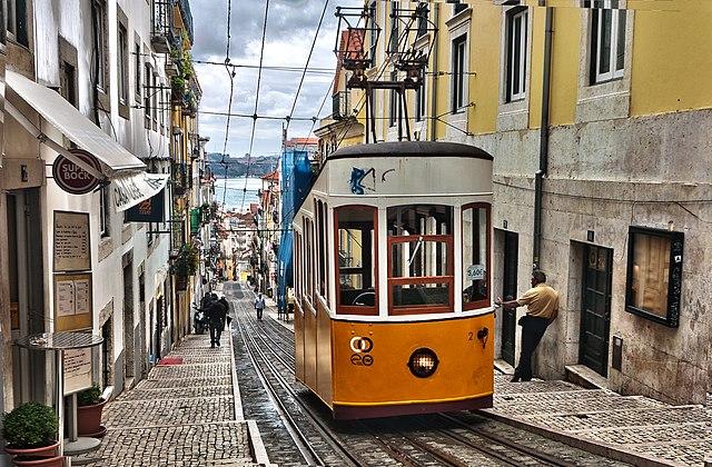 Funiculaire de Lisbonne avec le Tage au bout de la rue pavée. Photo de Ann Wuyts.