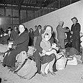 Emigranten (oliem) wachten na aankomst in Israel zittend op hun bagage op hun r…, Bestanddeelnr 255-1154.jpg