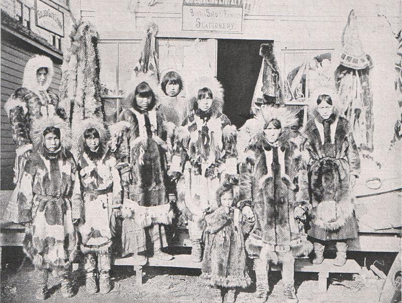 File:Emil Brass, Im Reiche der Pelze, Seite 179, Eskimos, die Felle nach Nome (Alaska) gebracht haben.jpg