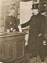 Emil Norlander handlar glögg (VJ 52 1916).jpg