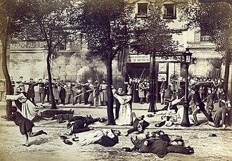 Sur ce photomontage en noir et blanc, des soldats en arrière-plan, sur un trottoir, abattent des religieux en tenue qui tentent de s'échapper.
