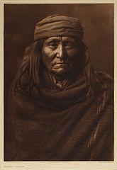 EDWARD SHERIFF CURTIS LE PHOTOGRAPHE DES AMÉRINDIENS 165px-Eskadi_-_Apache%2C_1903