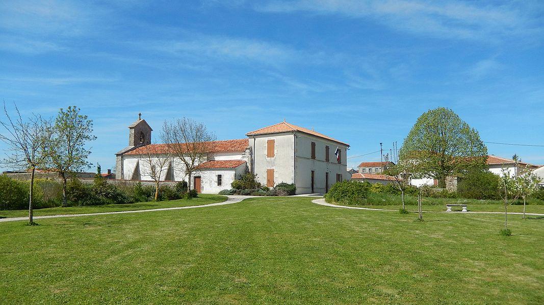 Quelques maisons de Chervettes, dont la mairie et l'église.