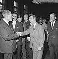 Feyenoordspelers op stadhuis ontvangen, burgemeester Thomassen en Coen Moulijn, Bestanddeelnr 917-7070.jpg
