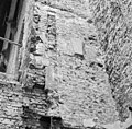 Fragmenten venster in zuidwand van de voormalige binnenplaats rechts oostmuur toren - Delft - 20049000 - RCE.jpg