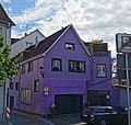 GER — BW — Landkreis Konstanz — Stockach (Wohnhaus mit dunkelviolettem Anstrich) 2021.jpg
