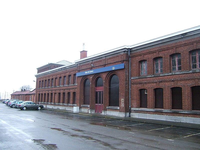 Façade du bâtiment voyageurs de la gare de Quévy en Belgique