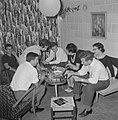 Gasten op een feestje in huiselijke kring rond de tafel met een hapje en een dra, Bestanddeelnr 255-4320.jpg