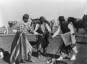 Facón - Gauchos demonstrate use of facones