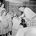 Geestelijke doopt baby, Bestanddeelnr 255-8591.jpg