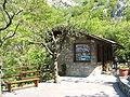 Grotte di Toirano-piazzetta di ingresso.JPG