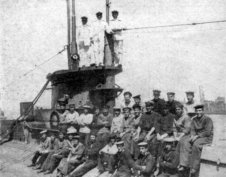 File:HMS E11 crew photo.jpg